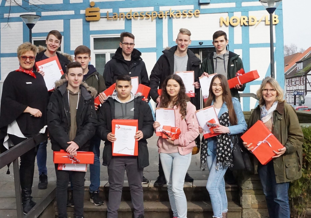 Iris Gummert (l.), überreicht den Schülern der Carl-Friedrich-Gauß-Schule Velpke die Gewinne. Foto: BLSK