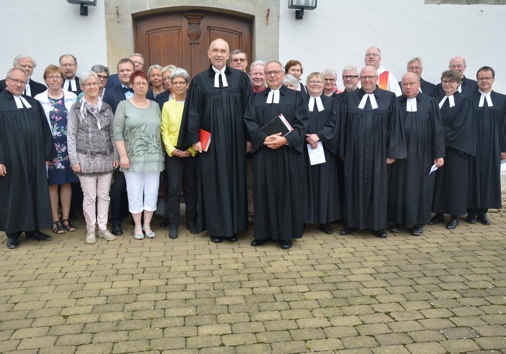Volker Menke und Hans Schweda im Kreis von Kirchenvorstehern und Kollegen. Foto: Ev.-luth. Kirchenkreis Peine