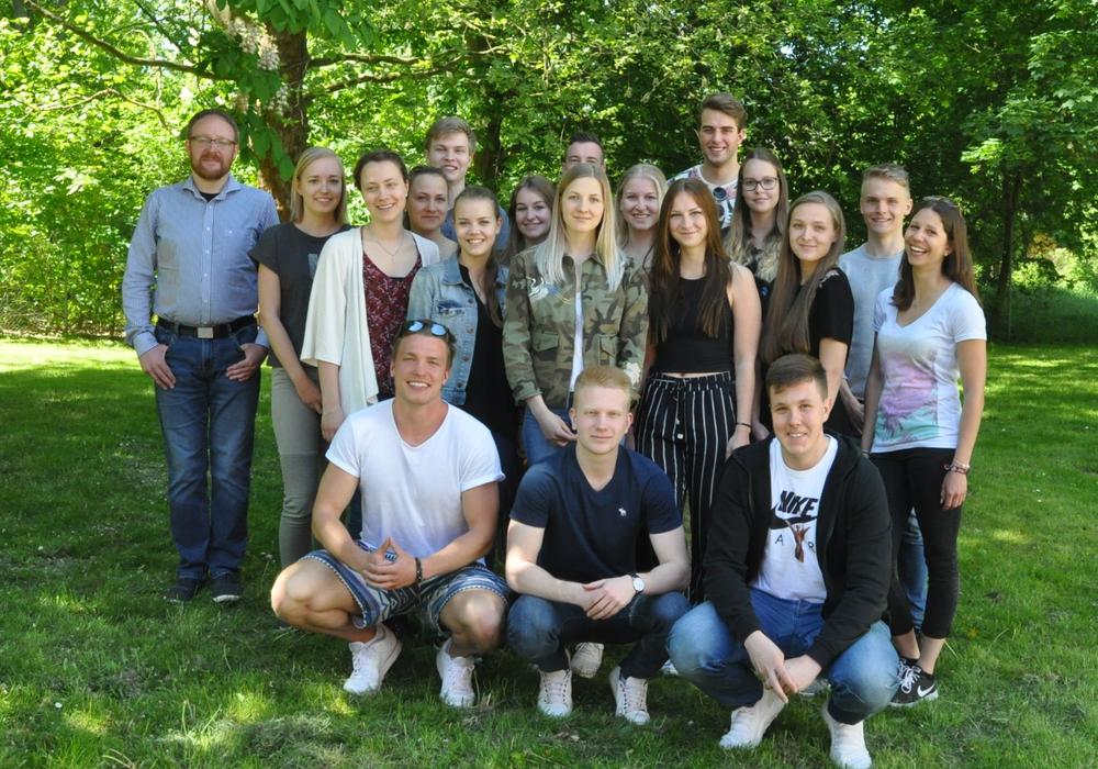 """Mit der Unterstützung von Patrick Scheunemann (links) von der Bürgerstiftung Braunschweig beteiligen sich 18 Studenten am Projekt """"Jung und engagiert"""".  Foto: WelfenAkademie Braunschweig"""