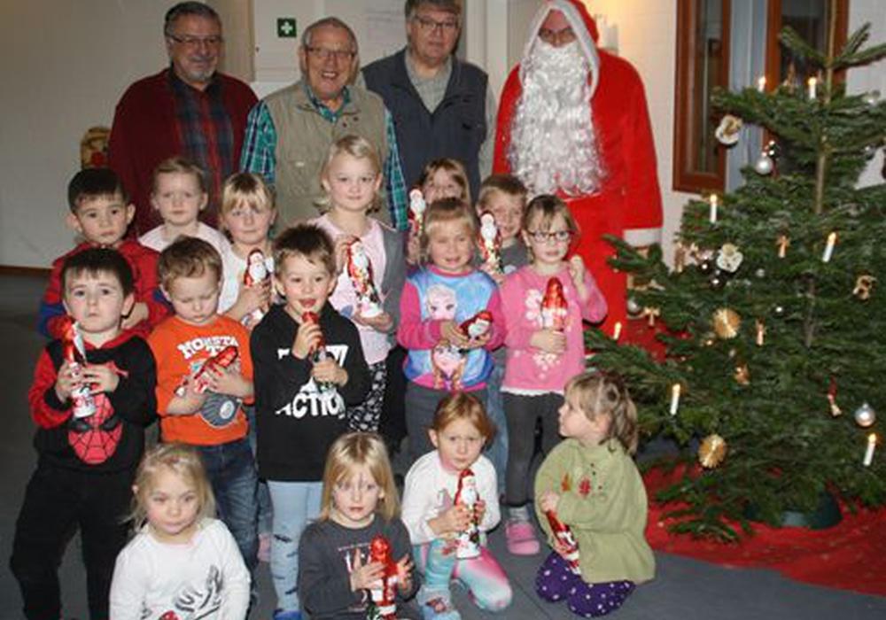 Werner Blasche, Otto Segger und Eberhard Grund besuchten mit dem Weihnachtsmann die Kinder des Kindergartens Astrid-Linderen und der Krippe Bullerbü. Foto: Stadt Schöningen