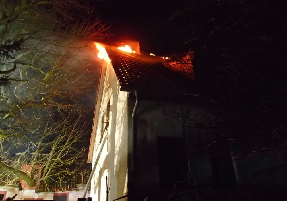 Der Dachstuhl des Hauses brannte. Fotos: Feuerwehr Helmstedt