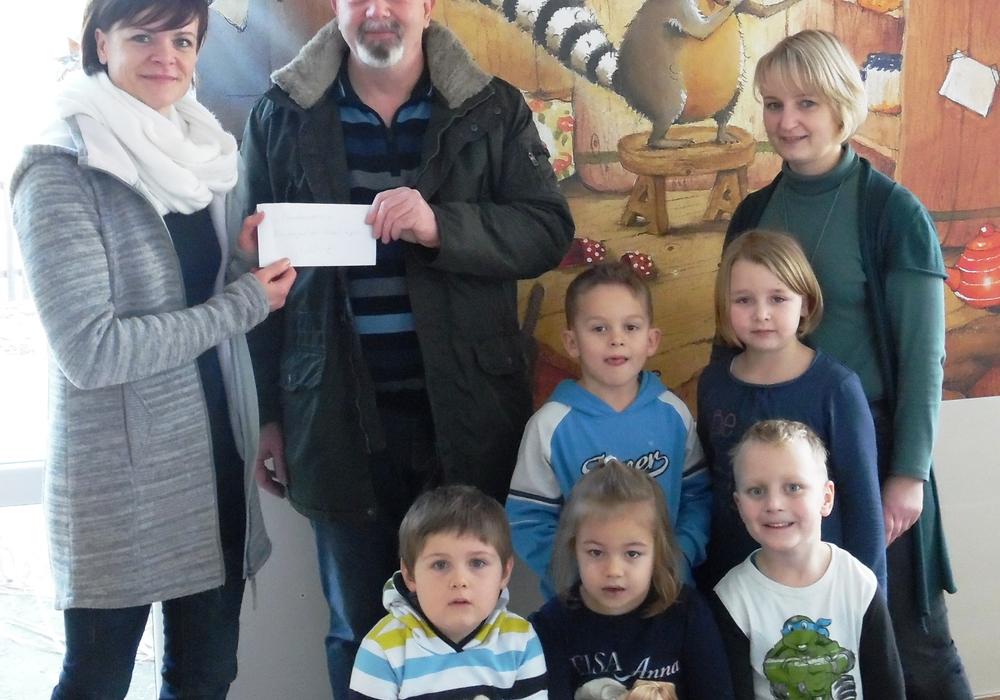 Bei der Übergabe der Spende (hinten von links): Yvonne Buchholz, Uwe Bartelborth und Maren Eisen. Foto: Privat