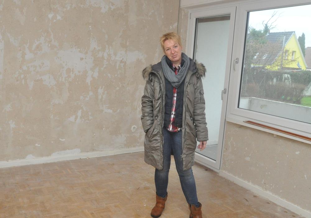 Projektleiterin Anja Schildener inspiziert das Gebäude an der Schillerstraße. Foto: Lebenshilfe