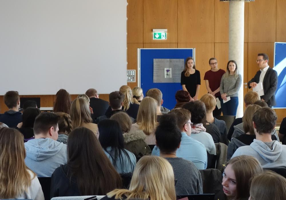 """Rund 80 Schülerinnen und Schüler stellten sich beim Wettbewerb """"promotion school"""" der Kritik von Experten zu ihren Geschäftsideen. Foto: Sparkasse Gifhorn Wolfsburg"""