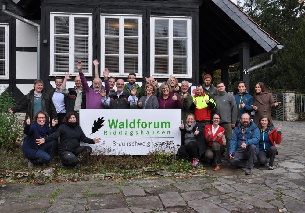 stolze Teilnehmerinnen und Teilnehmer haben ihre Waldpädagogikzertifikate erhalten. Foto: Landesforsten