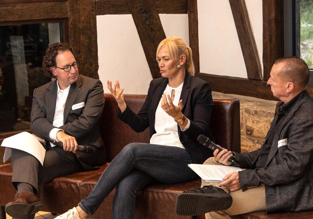 Bibiana Steinhaus im Gespräch mit den beiden Moderatoren. Foto: Rudolf Karliczek