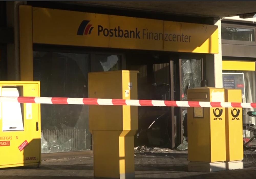 Wegen der Sprengung des Geldautomaten ist der Betrieb an der Filiale immer noch eingeschränkt. Foto: Aktuell24(BM)