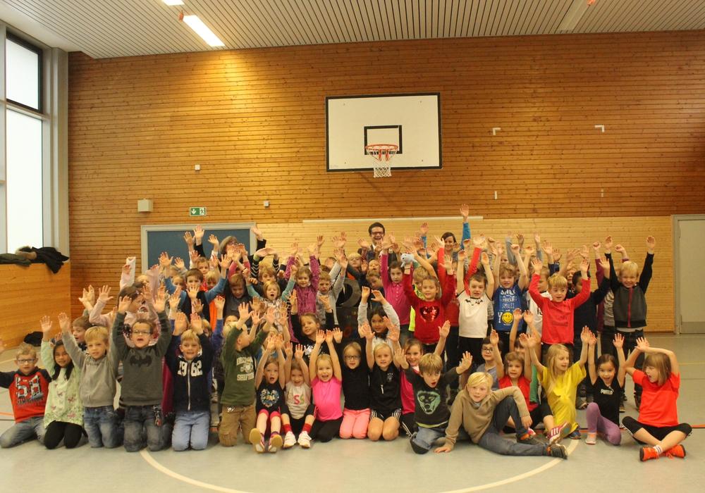 Die Grundschule Stöckheim nahm am Mittwochmorgen den Sport Oskar-Wanderpokal entgegen. Foto: Anke Donner