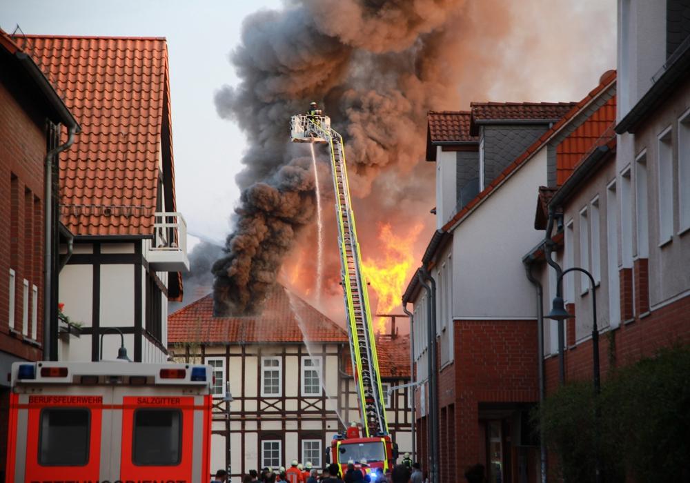 In der Altstadt von Bad kommt es derzeit zu einem heftigen Feuer. Fotos: Rudolf Karliczek