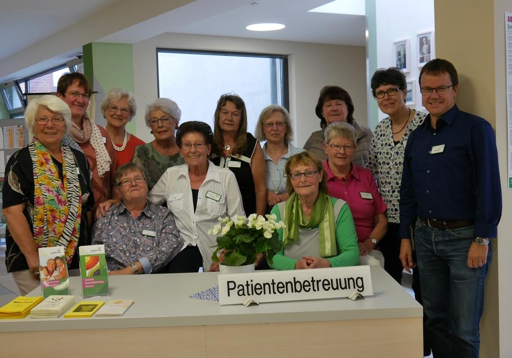 Die Ehrenamtlichen aus dem Patientenbegleitservice mit ihrer Leiterin Ursula Kalkreuth und Pastor Stefan Giesel. Fotos: AKH-Gruppe
