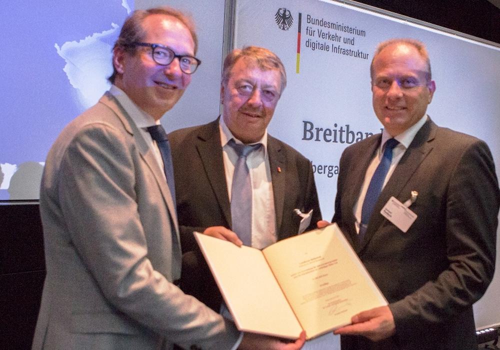 Der Förderbescheid ist jetzt offiziell überreicht. Foto: Landkreis Helmstedt