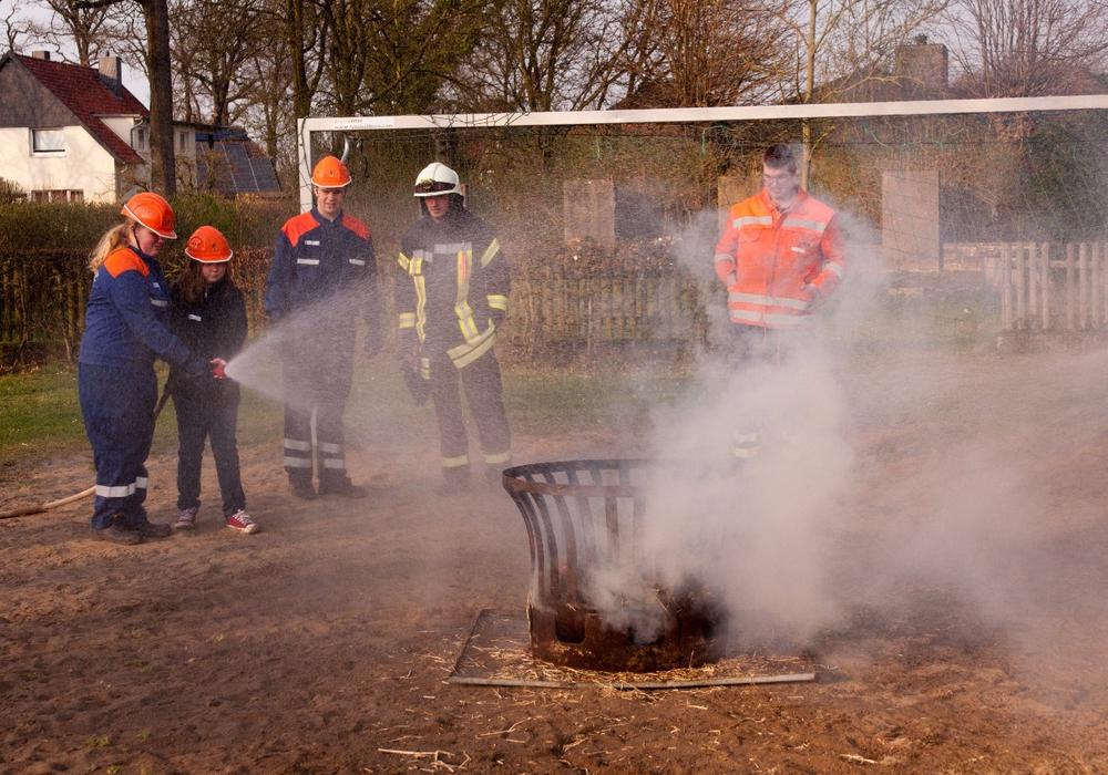 An einem Feuerkorb konnten die Kinder das Löschen ausprobieren. Fotos: Samtgemeindefeuerwehr Meinersen/ Schaffhauser