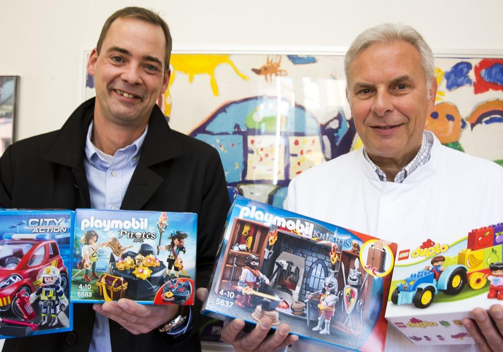 Chefarzt Prof. Dr. Hans Georg Koch nahm freudig die bunte Vielfalt an Spielzeugen von Geschäftsführer Markus Bräutigam für die kleinen Patienten der Kinderklinik entgegen. Bildnachweis: Klinikum/Jörg Scheibe