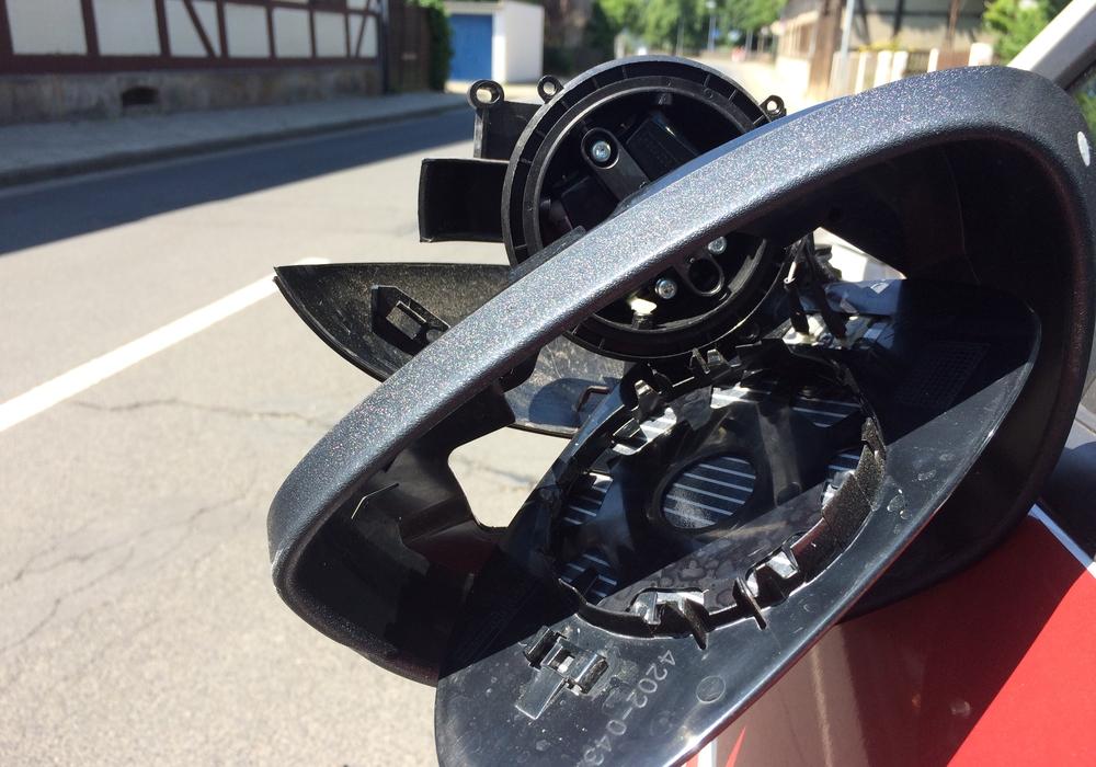 Das muss gekracht haben, doch der Unfallverursacher flüchtete. Foto: Werner Heise