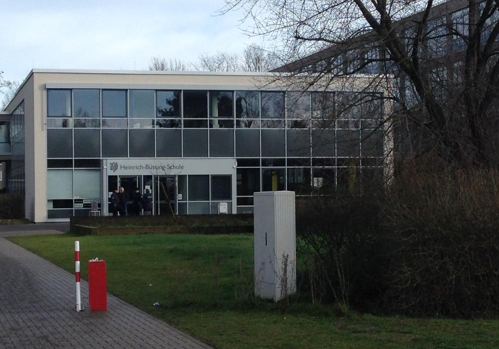 Nach der Evakuierung der Heinrich-Büssing-Schule in Braunschweig hat eine Absuche durch die Polizei, bei der auch Sprengstoffspürhunde eingesetzt waren, keine Hinweise auf verdächtige Gegenstände ergeben.  Foto: Sina Rühland