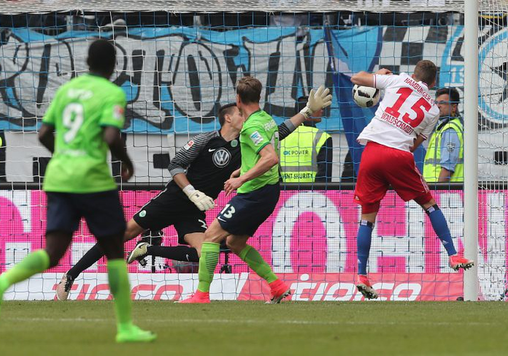 Luca Waldschmidt mit dem 2:1: Ein 21-Jähriger schickt Wolfsburg in die Relegation. Fotos: Agentur Hübner
