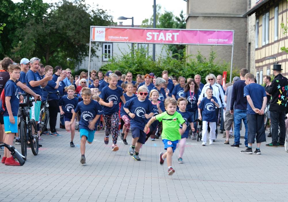 """3,2,1 und los – Mehr als 450 Teilnehmer gingen beim Neuerkeröder Firmenlauf """"Inklusion bewegt"""" an den Start. Foto: Stiftung Neuerkerode"""