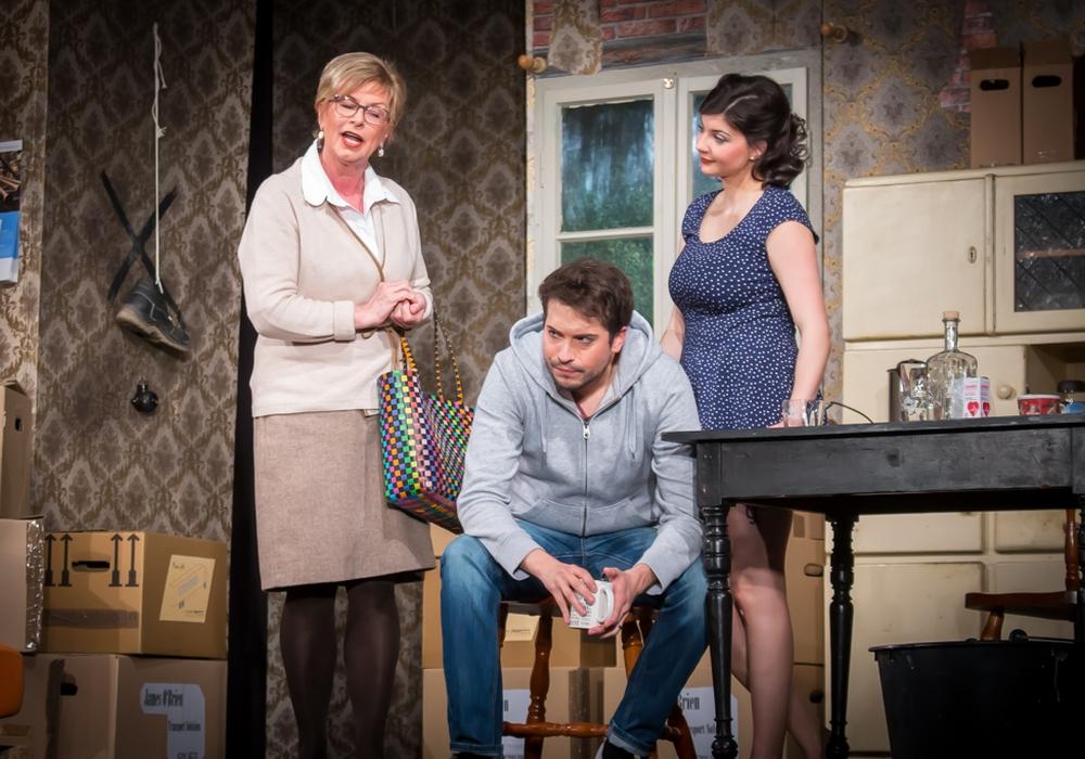 """Zu allem Unheil mischt auch noch """"Mutti"""" Olivia (Ursel Liesegang) bei Marc (Sascha Kropf) und Patricia (Marlena Lindauer) kräftig mit. Fotos: Werner Heise"""