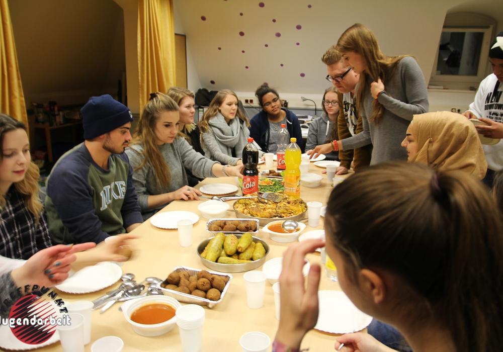 Die jungen Leute der Gruppe  während des syrischen Abends.                  Fotos: Kreisjugendpflege