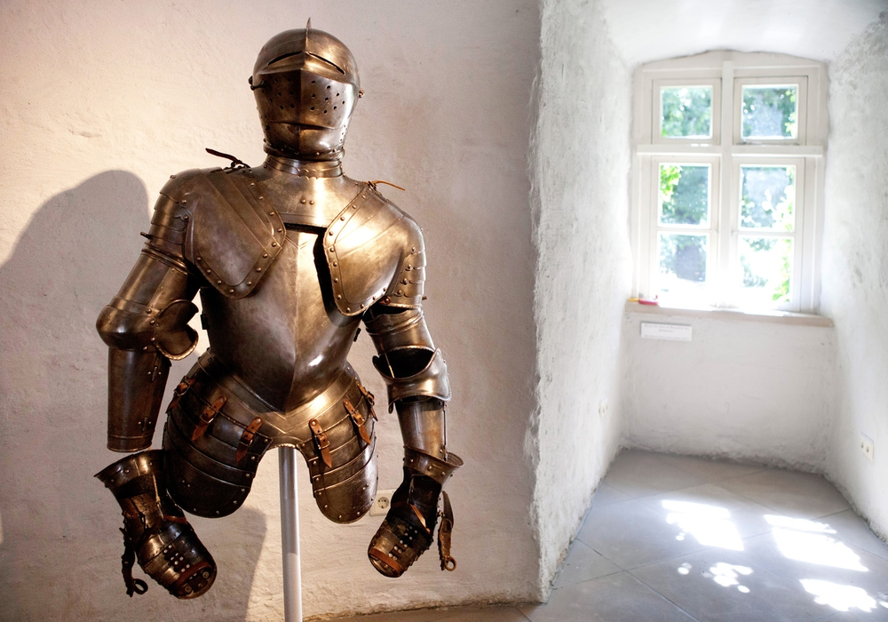 Eine Nachbildung einer Ritterrüstung im Stadtmuseum. Foto: Stadtmuseum Schloss Wolfsburg