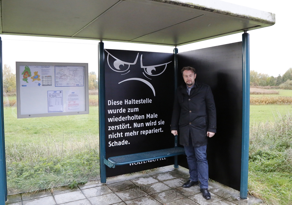 Stadtbaurat Ivica Lukanic an der umgestalteten Bushaltestelle an der Frankfurter Straße. Foto: Stadt Wolfenbüttel