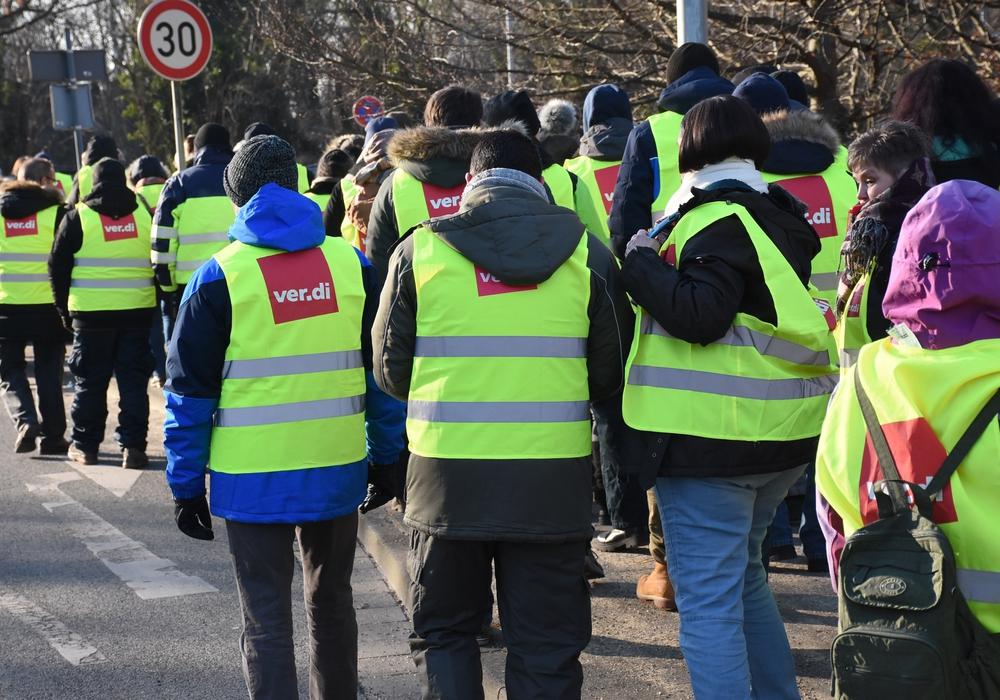 Bei acht Grad unter null gingen die Mitarbeiter auf die Straße. Fotos: ver.di