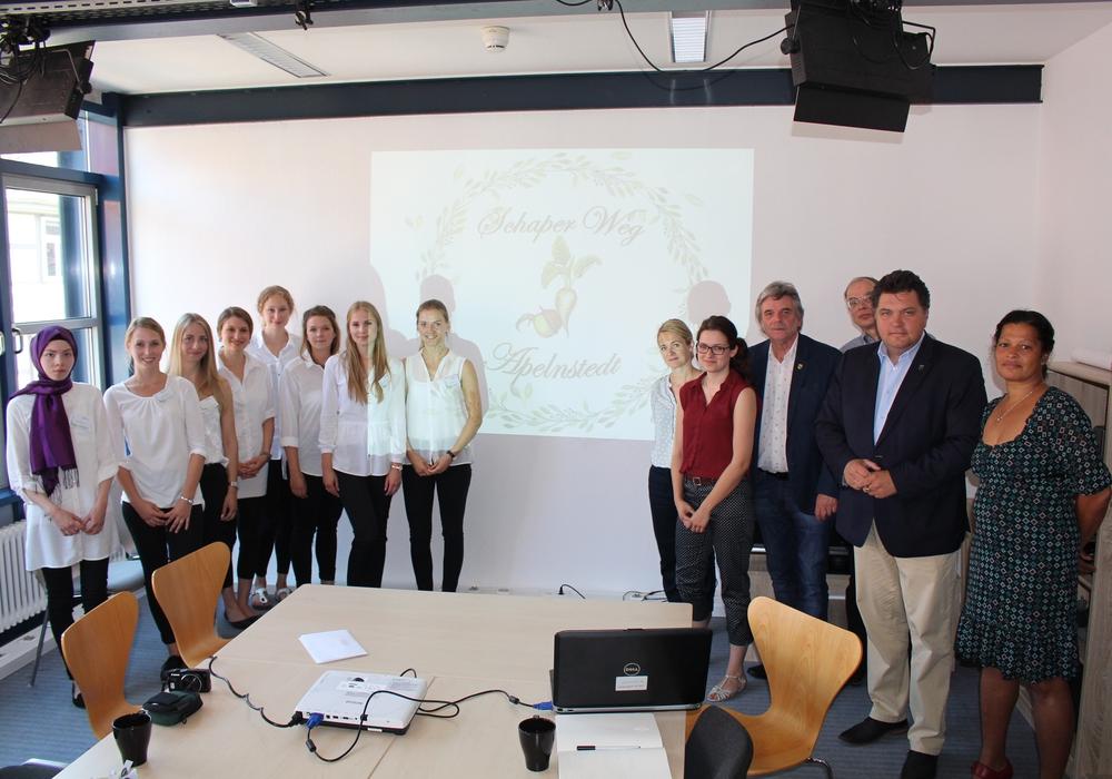 Studenten der Ostfalia Hochschule stellten ein Konzept für die Präsentation von Karl Schapers Werken in Apelnstedt vor. Foto: Jan Borner