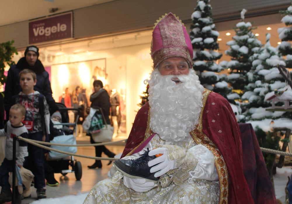 Der Nikolaus verteilte mit Leckereien gefüllte Stiefel im FORUM, Foto: Jan Borner