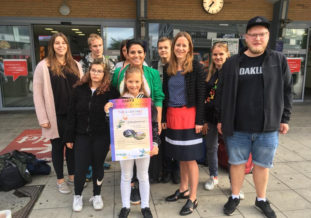 Sozialdezernentin Monika Müller mit der Reisegruppe vor dem Wolfsburger Hauptbahnhof. Foto: Stadt Wolfsburg