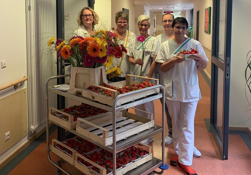 Erdberen und Gerberas wurden verteilt. Foto: Asklepios Harzkliniken