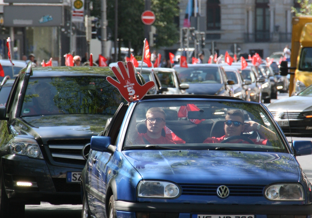 Mit einem Autokorso durch Braunschweig machte die IG Metall auf ihre Forderungen aufmerksam. Foto: IG Metall