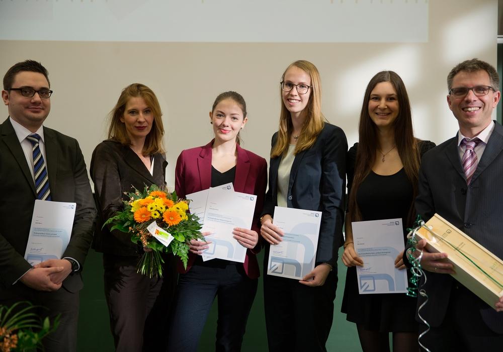 Freuten sich über die Auszeichnung: (v. l. n. r.) Jakob Boos, Dr. Heike Hümme, Franziska Lehnst, Carolin Stuwe, Kim Deneke, Prof. Dr. Andreas Jain. Foto: Ostfalia