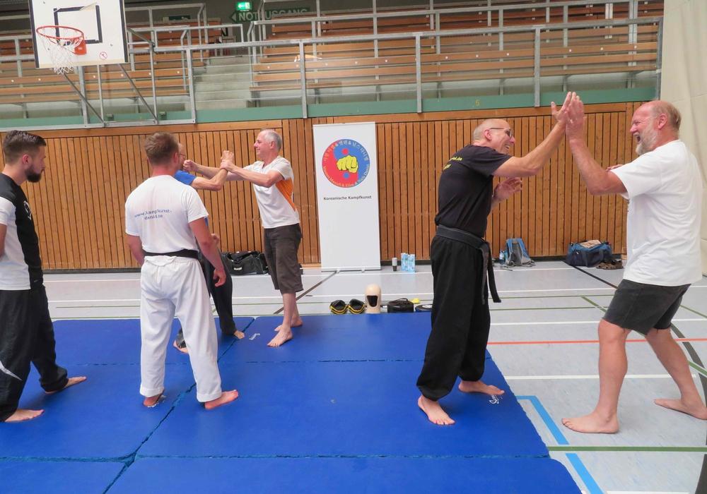 Die Männer lernten, sich gegen Angriffe zu verteidigen. Foto: Kreissportbund Peine