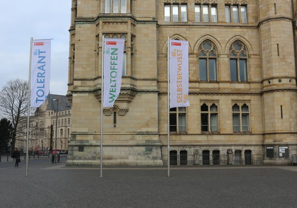 Die Fahnen vor dem Rathaus sind mittlerweile verschwunden. Foto: Robert Braumann