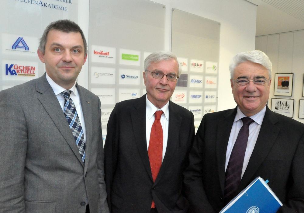 Dr. Jens Bölscher (von links), Prof. Dr. Horst Günter und Joachim Roth bieten im kommenden Jahr erstmals ein berufsbegleitendes Studium an der WelfenAkademie an. Foto: WelfenAkademie