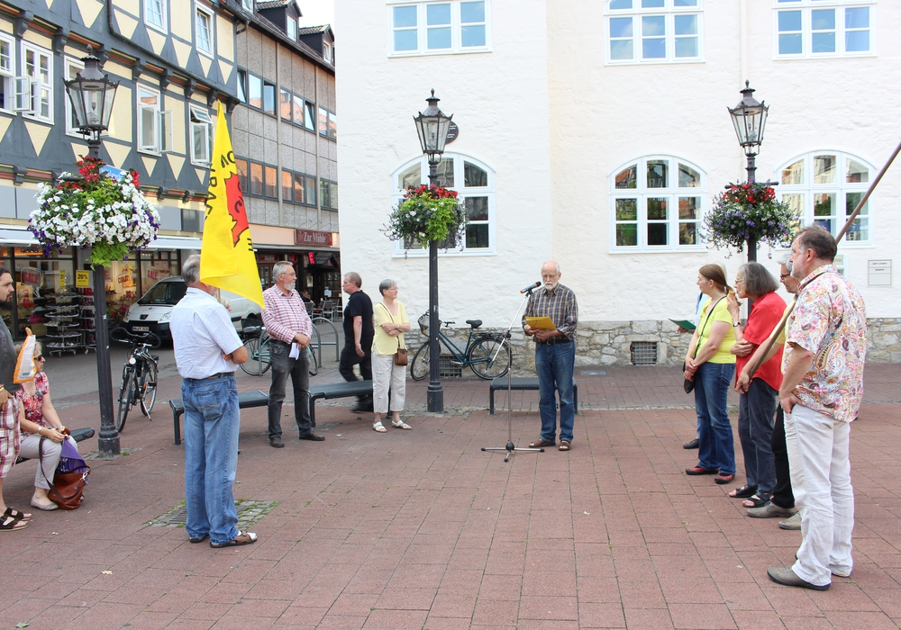 Mahnwache vor dem Bankhaus Seeliger. Foto: Max Förster