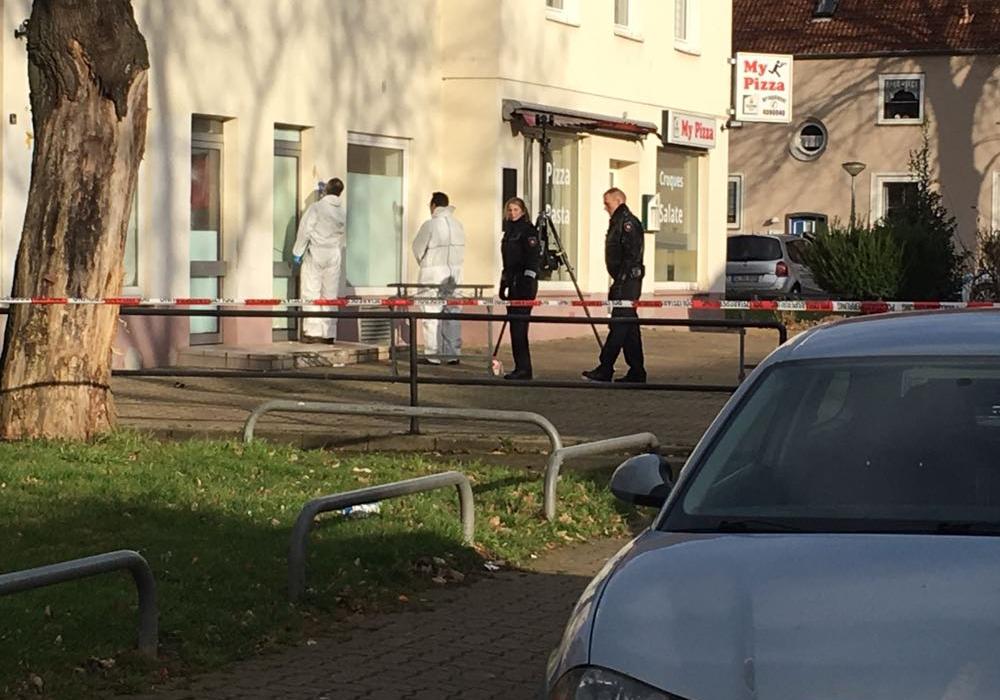 Nach dem Schuss auf ein 12-jähriges Mädchen ermittelt die Polizei nun wegen versuchter Tötung und sichert die Spuren am Tatort. Fotos: aktuell24 (BM)