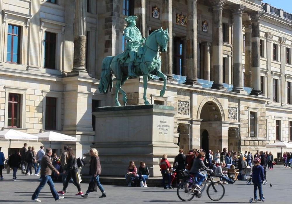 Der Mann fiel beim Versuch, eines der Reiterdenkmäler auf dem Schlossplatz zu besteigen. Foto: Archiv/Robert Braumann