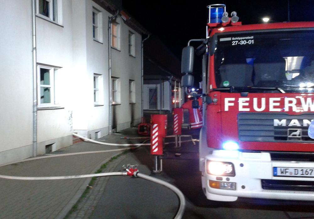 Bei einem Brand in einem Mehrfamilienhaus in Schöppenstedt wurden 34 Bewohner evakuiert. Zwei Personen wurden durch eine Rauchvergiftung leicht verletzt. Foto: Privat