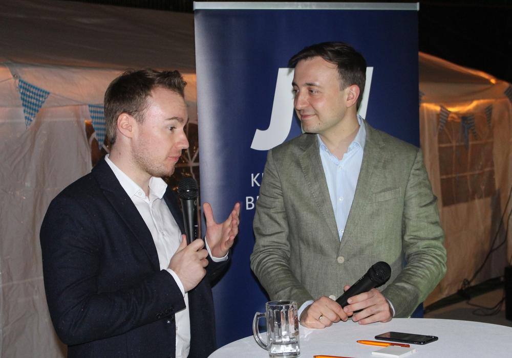Paul Ziemiak (re.) im Gespräch mit Maximilian Pohler, Vorsitzender des Kreisverbandes Braunschweig der JU. Fotos: Alexander Dontscheff