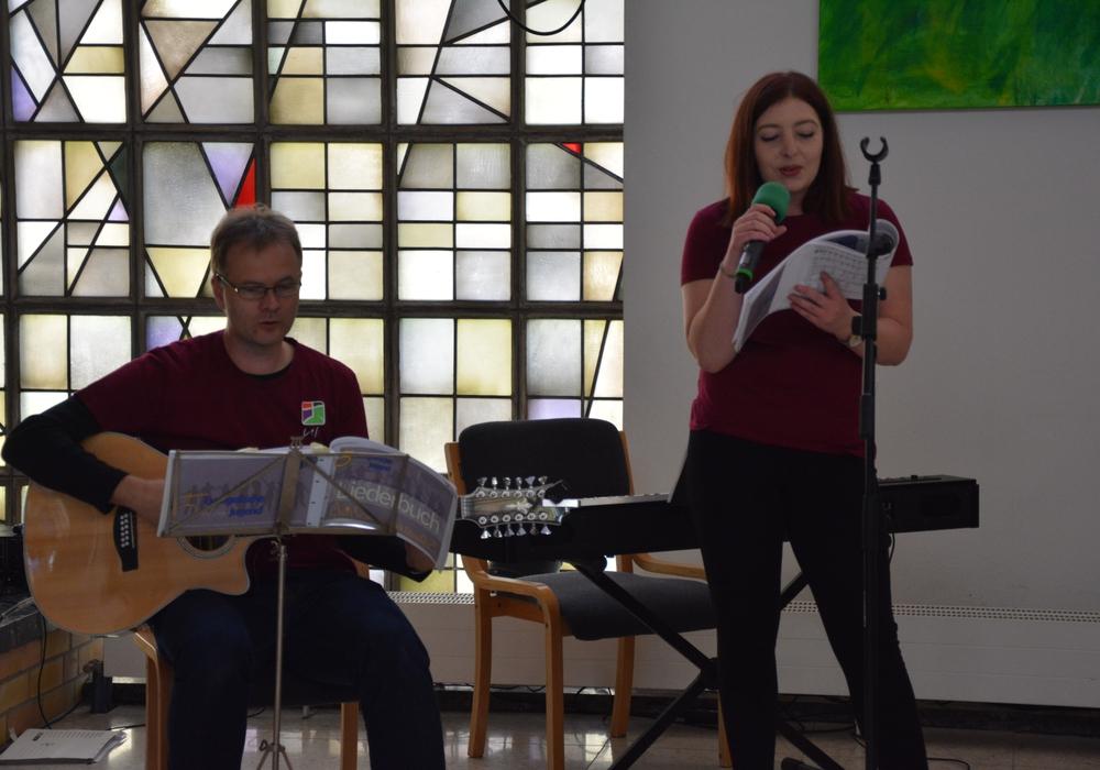 Ulrich Schön und Viola Hahn begleiteten den Gottesdienst musikalisch. Foto: Evangelisch-Lutherischer Kirchenkreis Peine
