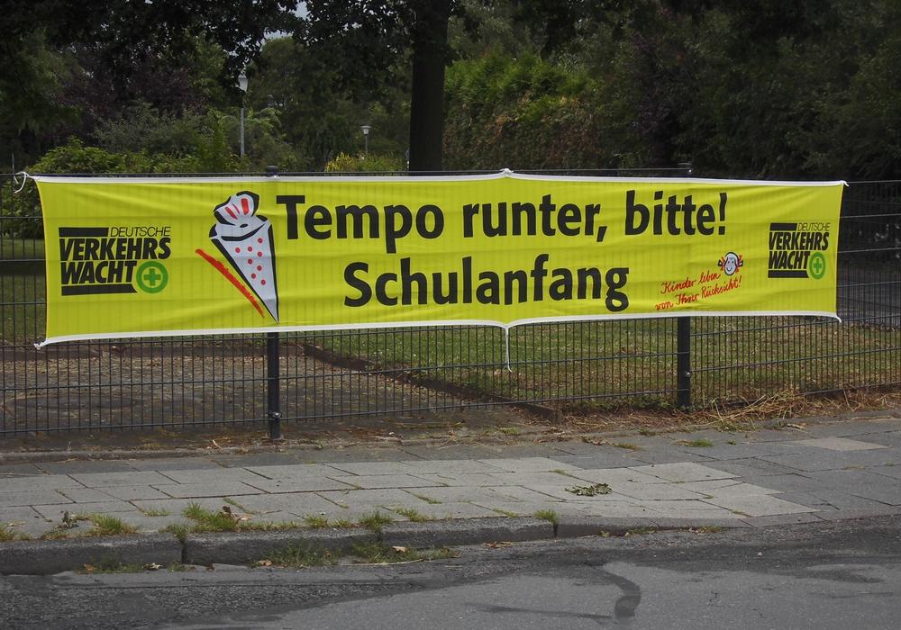 Zum Schulanfang hat die Verkehrswacht Banner aufgehängt. Foto: Verkehrswacht