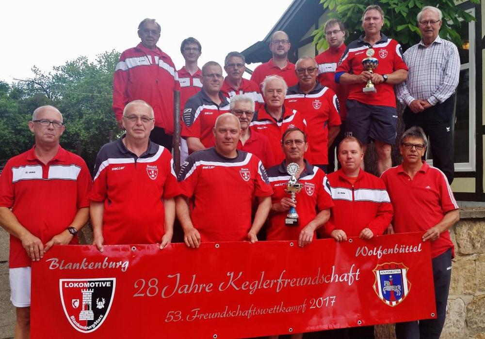 Beide Klubs in bunter Reihe zum Erinnerungsfoto. Foto: Verein
