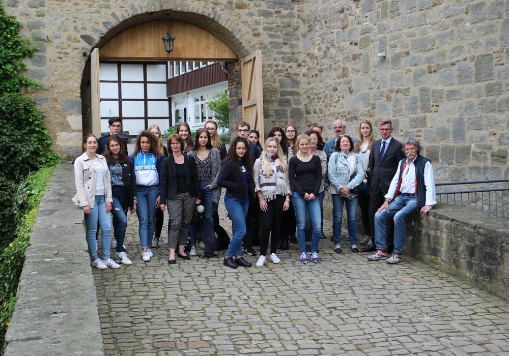 Mitglieder der Wolfsburger Künstlergruppe 10KW öffneten ihre Ateliers in der Burg Neuhaus für die jungen Gastkünstler der Heinrich-Nordhoff-Gesamtschule. Foto: Wolfsburg AG