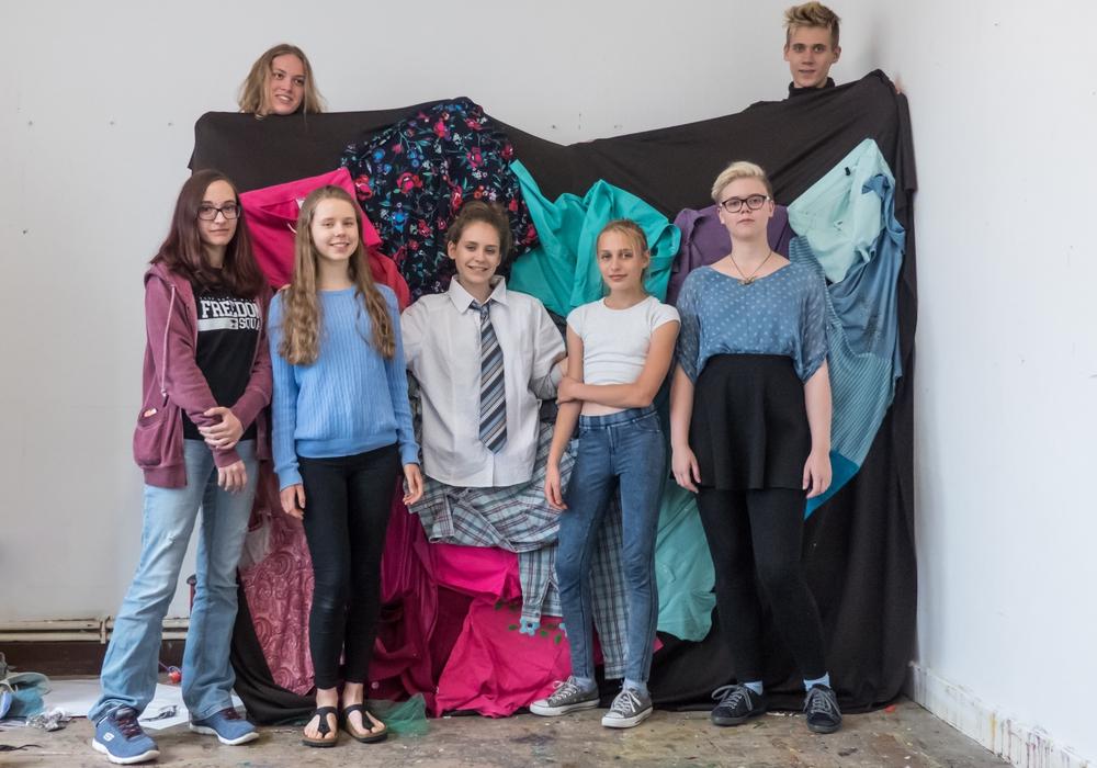 """Die Teilnehmer des Workshops mit Hannah-Sofie Springer (mitte) vor einer von ihnen genähten """"Fotowand"""".Foto: Kreismuseum Peine"""