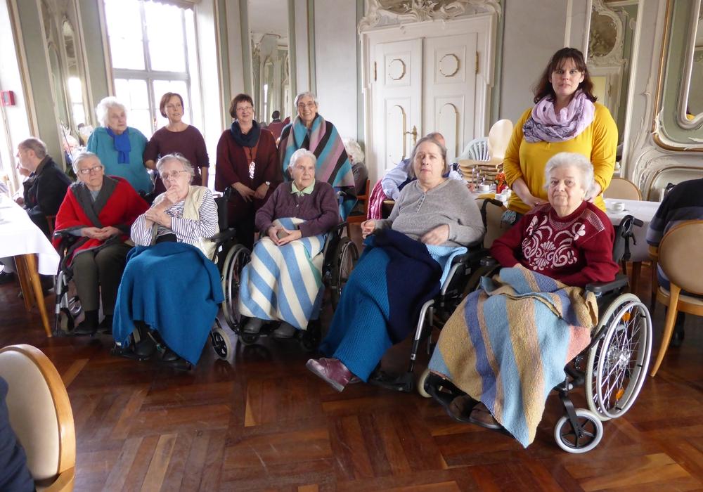 Stehend 4. von links Martina Tielemann mit Bewohnerinnen und Mitarbeiterinnen im Spiegelsaal der Seniorenbetreuung Schloß Schliestedt. Foto: privat