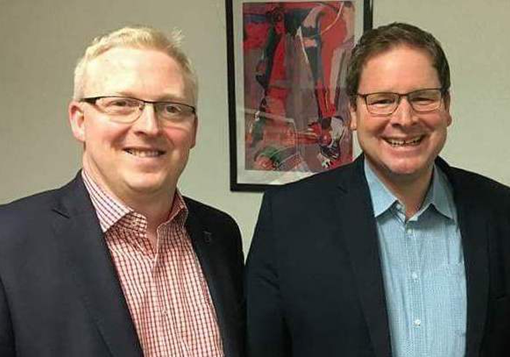 Falk Hensel und Marcus Bosse, Vorsitzende der SPD Kreistagsfraktion zeigen sich erfreut über hohe Bildungsinvestitionswerte. Foto: SPD
