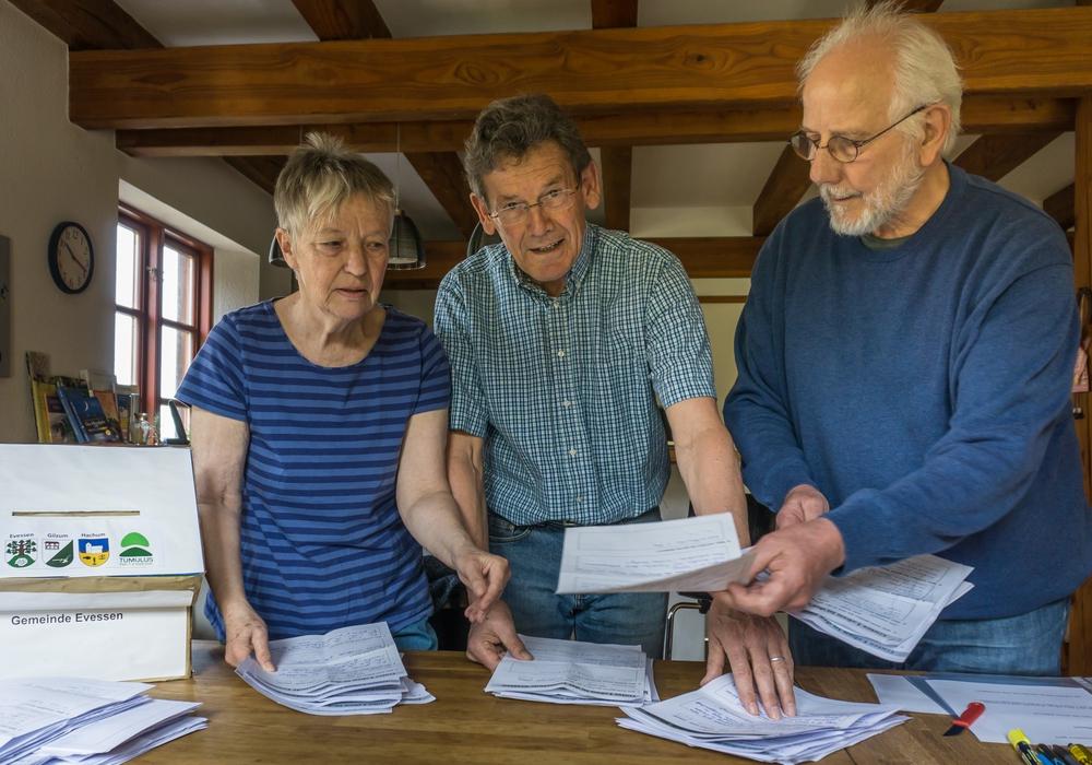 Christiane Wagner-Judith, Dierk Wiechmann und Hans-Peter Sauer sichten die vielen Fragebögen. Foto: Beate Mulich