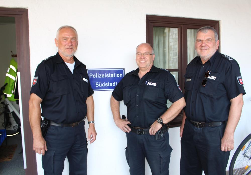 Rolf Knoke mit Nachfolger Holger Walkling und Henning Franke, Stationsleiter Heidberg (v. li.). Fotos und Podcast: Alexander Dontscheff