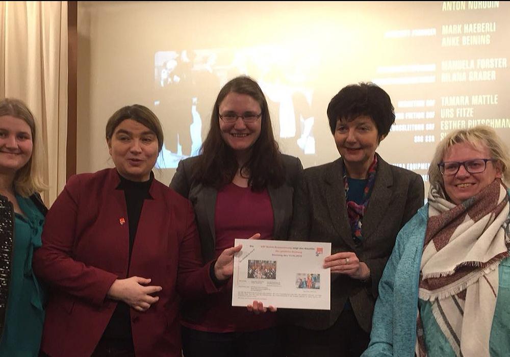 vlnr: ASF-Bezirks- Vorstandsfrauen: Nadine Muthmann, Simone Wilimzig-Wilke, ASF Bezirksvorsitzende, Kerstin Maak, Dr. Marion Tacke und Jutta Wegerich Foto: SPD